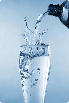 """Coraz więcej osób nie jest zadowolonych z jakości wody dostarczanej przez miejskie wodociągi. Największe zastrzeżenia budzi twardość wody oraz jej skład, który może niepokoić ze względu na mętny lub żółtawy odcień wody płynącej z naszych kranów. Zwłaszcza to pierwsze jest kłopotliwe, ponieważ może doprowadzić do awarii sprzętów agd (zakamienione elementy często nie podlegają naprawie, trzeba je po prostu wymienić). To co powinno także zastanawiać to zapach wody, metaliczny posmak lub """"kożuch"""" powstający podczas codziennego gotowania. Pierwsze kroki przed zakupem stacji uzdatniającej wodę Jeżeli myślimy o zakupie stacji uzdatniającej wodę do naszego domu lub mieszkania powinniśmy rozważyć jakie jest nasze miesięczne zapotrzebowanie. Możemy estymować, że 4 osobowa rodzina wydatkuję ok. 600 do 800 litrów na dobę. Znaczenie ma także natężenie zużycia wody. Jest różnica w doborze odpowiedniego urządzenia przy wydatkowaniu ok. 15 m3 czy też 30 m3 wody. Zużycie wody ma znaczenie dlatego warto poczynić obserwację swoich rachunków na przestrzeni ostatniego roku (zapotrzebowanie może się różnić w zależności od sezonu, więc warto o tym pamiętać). Dodatkowo bardzo ważne jest by przeprowadzić badanie wody w celu sprawdzenia jakie niepożądane związki i metale w niej występują. Można wyjść z założenia, że korzystając z wody wodociągowej będzie ona mniej zanieczyszczona niż ta z ujęcia własnego (musi bowiem spełniać określone wymagania). Co za tym idzie być może nie będzie trzeba inwestować w bardzo zaawansowane urządzenie. Dzięki tym informacjom uda się dobrać odpowiedni filtr uzdatniający wodę. Zbadaliśmy wodę i zmierzyliśmy nasze zapotrzebowanie - co dalej? Zakup stacji uzdatniającej wodę to często spory wydatek, dlatego decydując się na taką inwestycję weźmy pod uwagę nie tylko początkowy koszt montażu i zakupu stacji, ale także cykliczne jej serwisowanie oraz użytkowanie. Mowa tutaj o wymianie filtrów. Wybierając firmę zadajmy jej kilka pytań: 1. Jak często trzeba przeprowadza"""